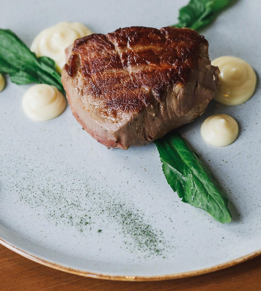 Стейк говядины с соусом пармезан
